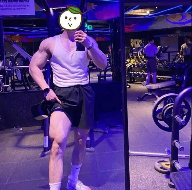 健身小伙因身材练得太强壮,惨遭女生嫌弃,网友:优秀也有罪?